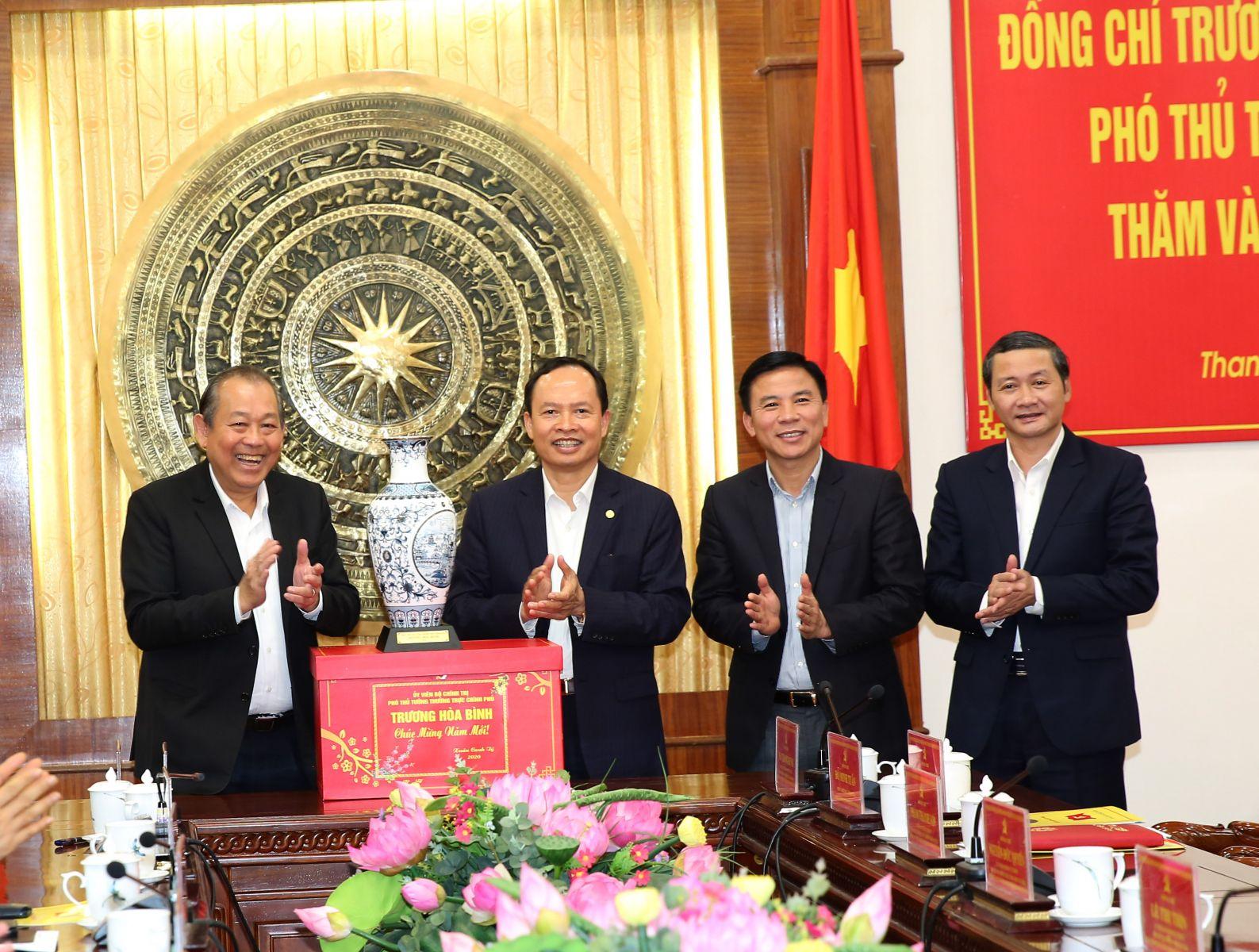 Phó Thủ tướng Trương Hòa Bình tặng quà lưu niệm cho lãnh đạo tỉnh Thanh Hóa. Ảnh: VGP/Lê Sơn