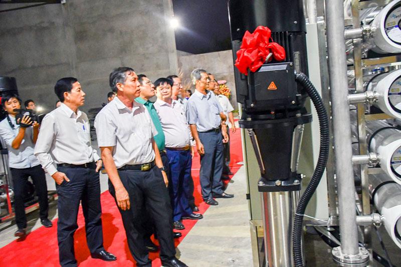 Chủ tịch UBND tỉnh Cao Văn Trọng chứng kiến việc đưa vào sử dụng hệ thống lọc RO tại nhà máy nước.
