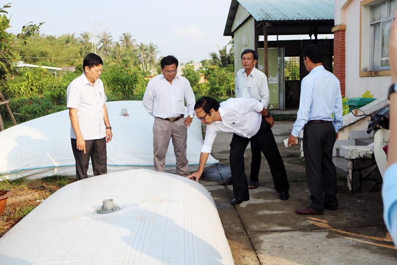 Xã Phú Sơn (Chợ Lách) triển khai túi trữ nước phòng chống hạn mặn. Ảnh: Phan Hân