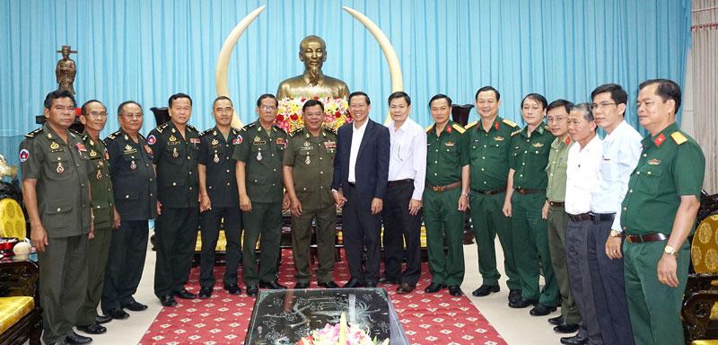 Bí thư Tỉnh ủy Phan Văn Mãi (thứ 4, phải sang) cùng lãnh đạo tỉnh chụp ảnh lưu niệm với đoàn công tác Bộ Tư lệnh Quân khu 3 - Bộ Quốc phòng Campuchia. Ảnh: Q.Hùng