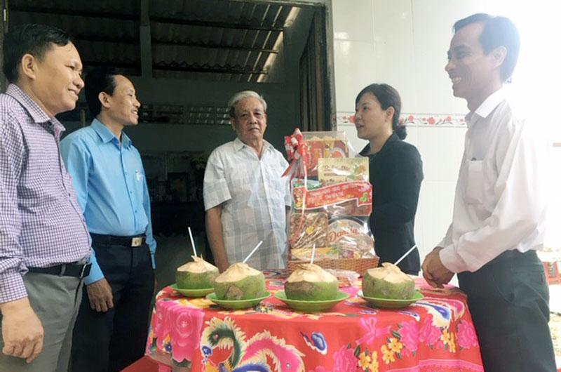 Bà Trần Thị Thanh Lam - Phó trưởng Đoàn Đại biểu Quốc hội tỉnh tặng quà cho gia đình chính sách.