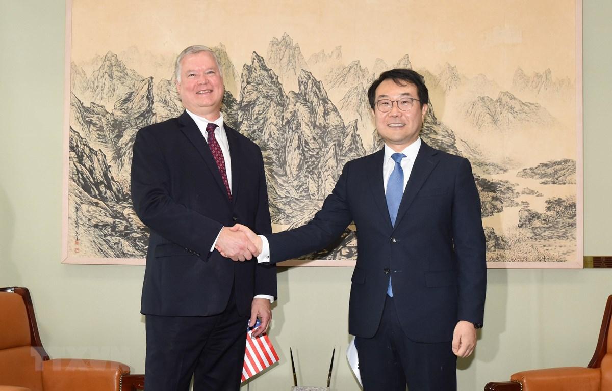 Đặc phái viên Mỹ về Triều Tiên Stephen Biegun (trái) và người đồng cấp Hàn Quốc Lee Do-hoon (phải) tại cuộc gặp ở Seoul ngày 21-8-2019. (Ảnh: Yonhap/TTXVN)