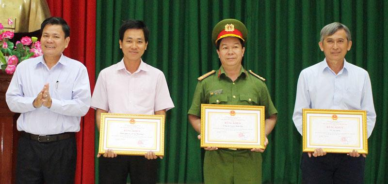 Phó chủ tịch UBND tỉnh Nguyễn Hữu Lập trao bằng khen cho các tập thể có nhiều thành tích trong hoạt động PCCC&CNCH 2 năm liền (2018-2019).