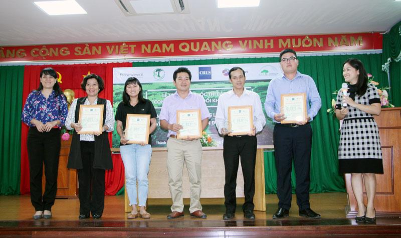 4 tác giả đoạt giải khuyến khích tại cuộc thi.