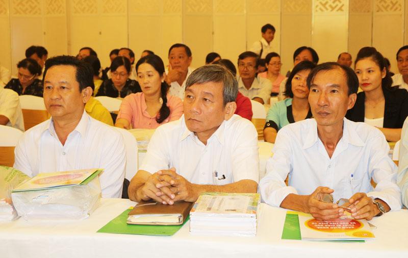 Giáo viên tham khảo sách giáo khoa lớp 1 tại hội thảo