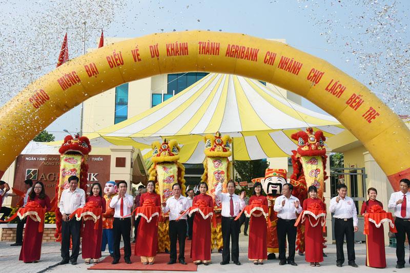 Các đại biểu cắt băng khánh thành trụ sở mới của Ngân hàng Agribank Chi nhánh huyện Chợ Lách.