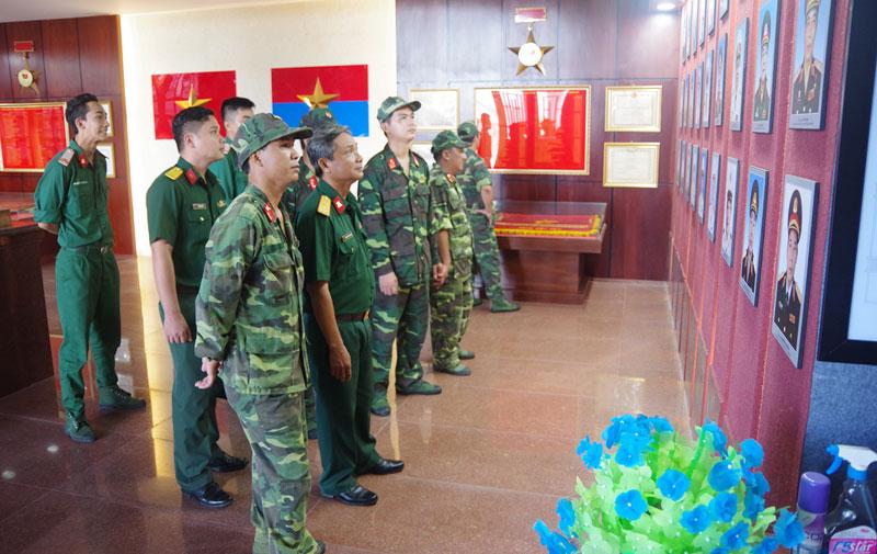 Cán bộ, chiến sĩ lực lượng vũ trang tỉnh tham gia làm đường giao thông tại xã Phước Hiệp, huyện Mỏ Cày Nam. Ảnh: Đặng Thạch