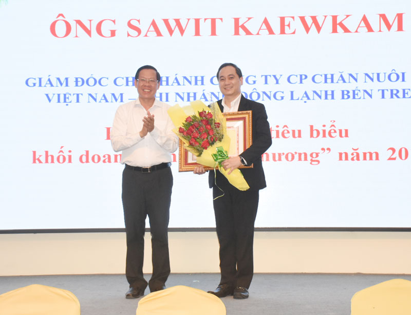 Bí thư Tỉnh ủy trao khen thưởng của Chủ tịch Phòng Thương mại và Công nghiệp Việt Nam cho doanh nhân tiêu biểu địa phương năn 2019.
