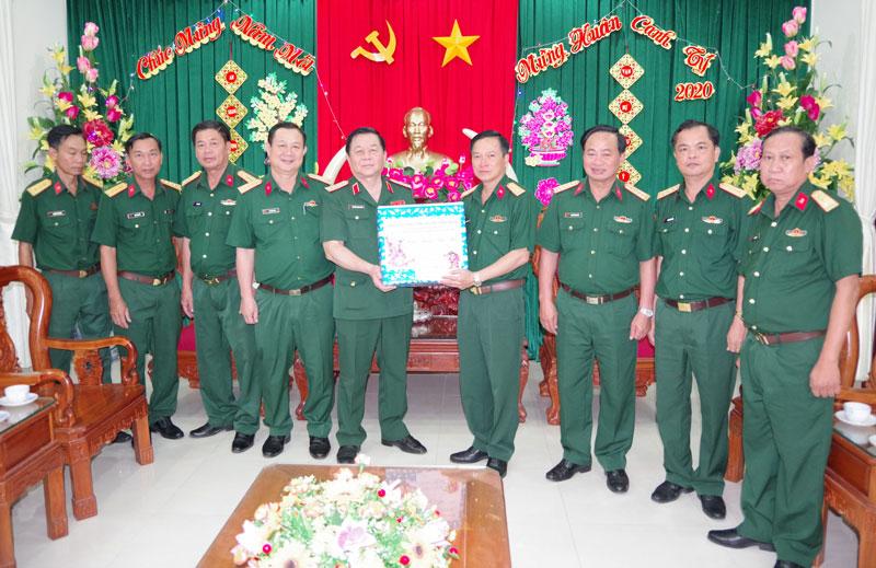 Thượng tướng Nguyễn Trọng Nghĩa tặng quà của Bộ quốc phòng cho Bộ CHQS tỉnh