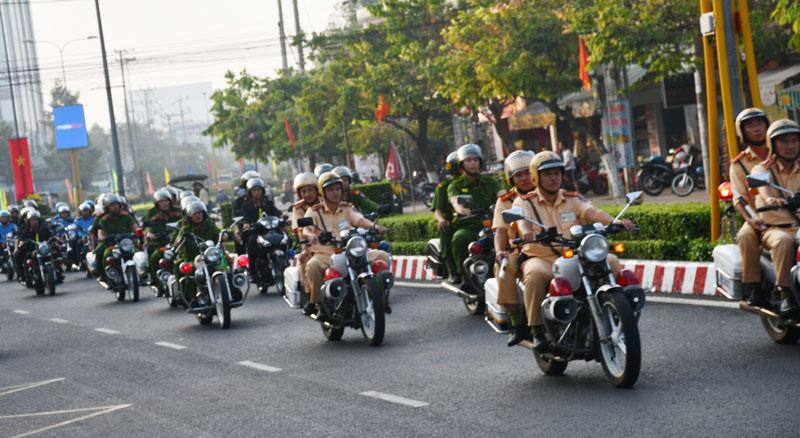 Lực lượng Công an ra quân diễu hành trên một số tuyến đường thành phố.