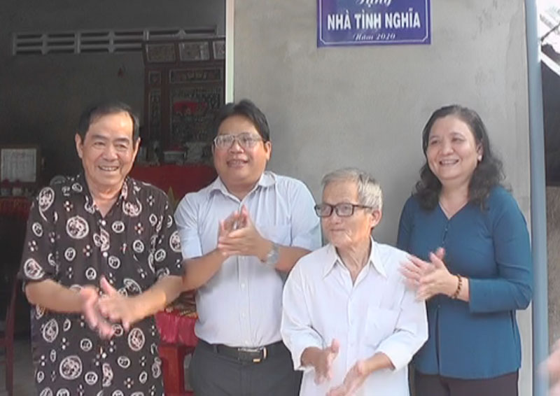 Bà Hồ Thị Hoàng Yến Trưởng ban tổ chức Tỉnh ủy, ông Nguyễn Thái Xây nguyên Chủ tịch UBND tỉnh lễ trao nhà tình nghĩa cho ông Lê Văn Tây