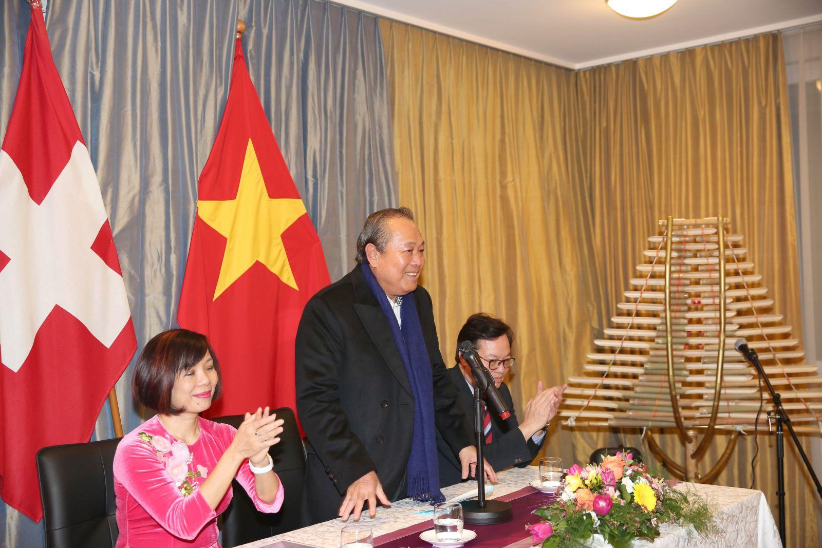 Phó Thủ tướng Thường trực Chính phủ Trương Hòa Bình nói chuyện thân mật với cộng đồng người Việt tại Thụy Sĩ. Ảnh: VGP/Lê Sơn