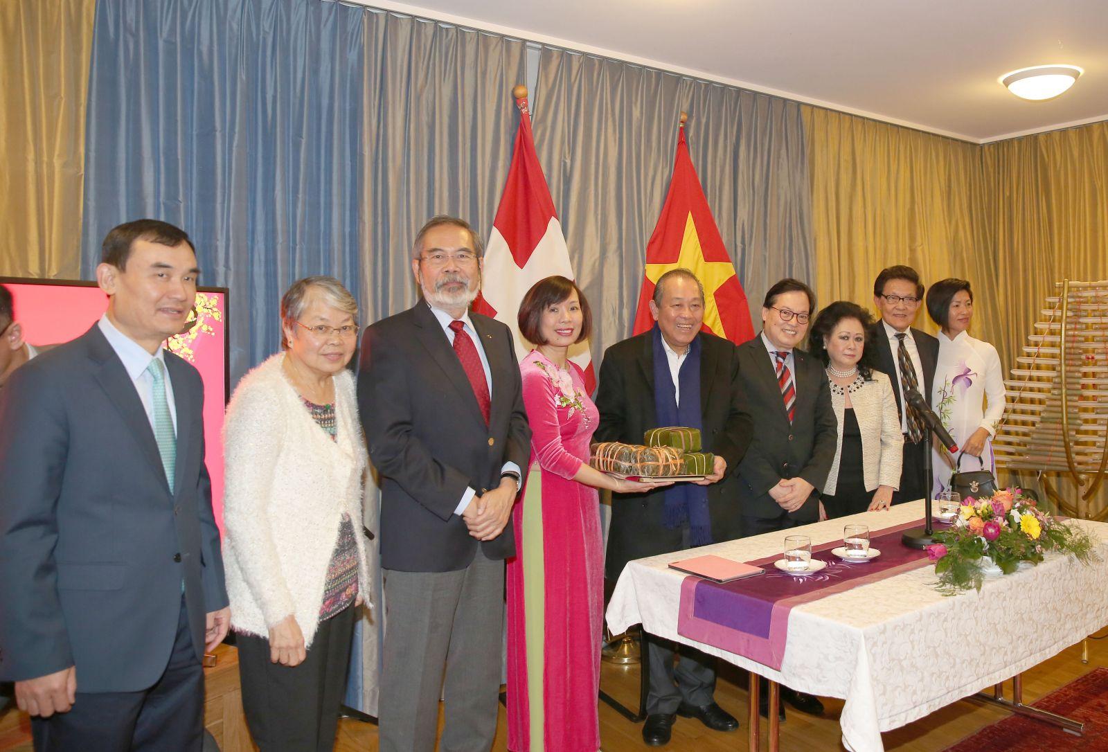 Phó Thủ tướng Thường trực Chính phủ Trương Hòa Bình tặng bà con Việt kiều chút hương vị Tết cố truyền dân tộc. Ảnh: VGP/Lê Sơn