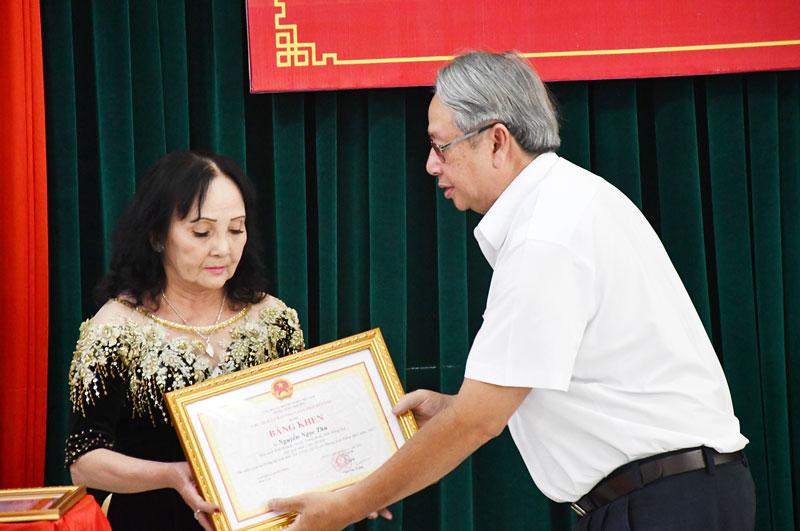 Trưởng ban Tuyên giáo Tỉnh ủy Cao văn Dũng đã trao Bằng khen của UBND tỉnh và chứng nhận giải nhất Cuộc thi cho bà Nguyễn Ngọc Thu.