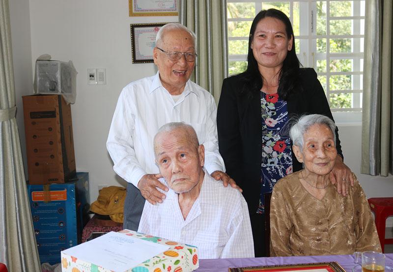 Đoàn thăm chúc thọ cụ Phạm Văn Thới ấp Khánh Hội Tây, xã Tiên Thủy.
