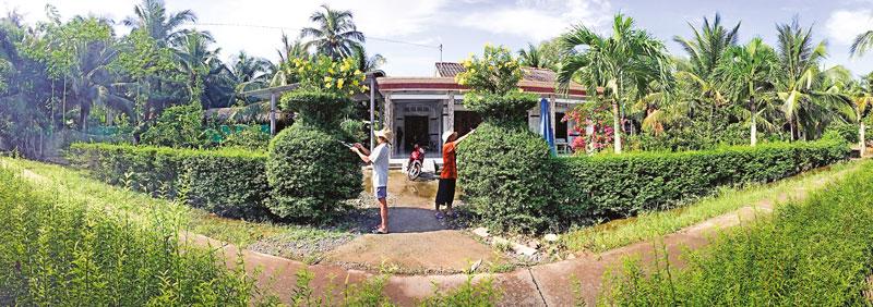 Người dân chăm chút tạo cảnh quan xanh-sạch-đẹp trong phong trào xây dựng nông thôn mới. Ảnh: Nguyễn Dừa.