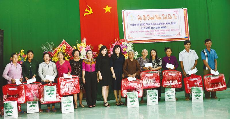 Hội Nữ doanh nhân tỉnh trao quà cho người nghèo ở Thạnh Phú. ảnh: Hữu Hiệp