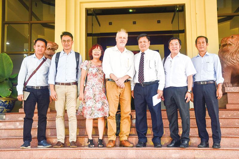 Ðoàn chuyên gia Dự án IFAD làm việc với lãnh đạo tỉnh Bến Tre. Ảnh: Hữu Hiệp