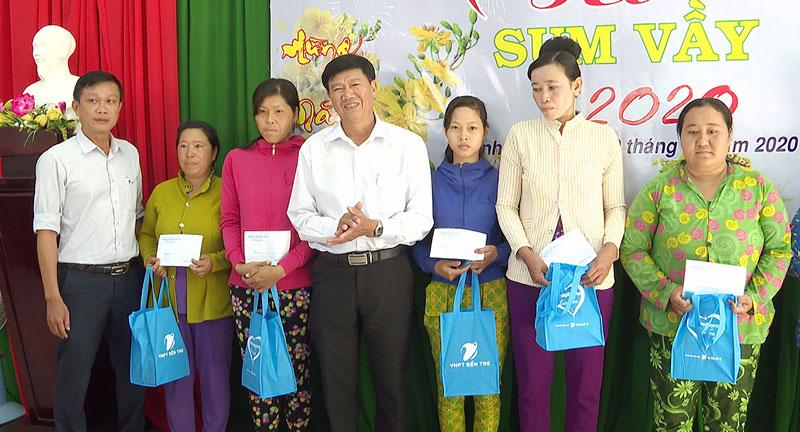 Nguyễn Ngọc Tân Phó Chủ tịch UBND huyện trao quà.