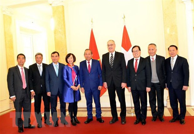 Phó thủ tướng Thường trực Trương Hòa Bình và Phó Tổng thống kiêm Bộ trưởng Bộ Kinh tế, Giáo dục và Nghiên cứu Thụy Sĩ Guy Parmelin cùng các đại biểu. Ảnh: Tố Uyên/TTXVN