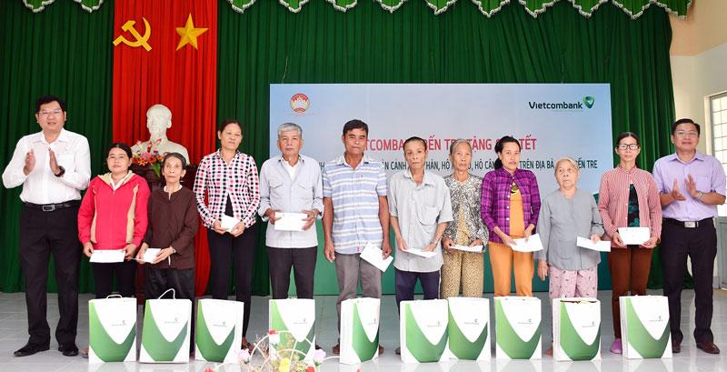 Ông Trần Văn Thuận trao quà tế cho gia đình chính sách còn khó khăn.