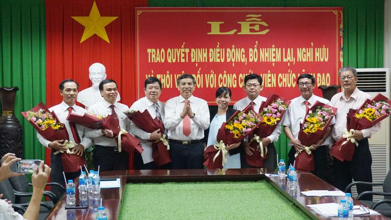 Chủ tịch UBND tỉnh Cao Văn Trọng trao các quyết định điều động, bổ nhiệm, bổ nhiệm lại, nghỉ hưu và thôi việc đối với công chức, viên chức giữ chức vụ lãnh đạo thuộc diện Ban Thường vụ Tỉnh ủy, Ban Cán sự đảng UBND tỉnh quản lý
