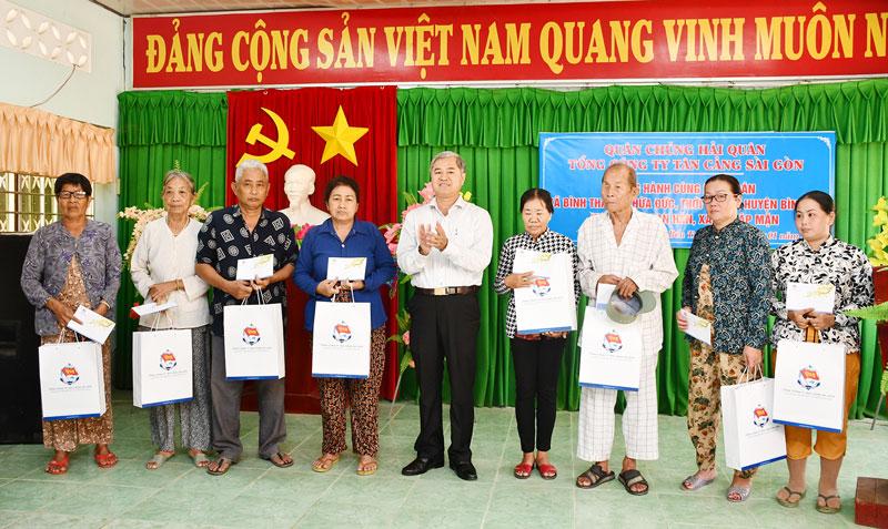 Phó chủ tịch UBND tỉnh Nguyễn Văn Đức trào quả tết cho hộ nghèo.