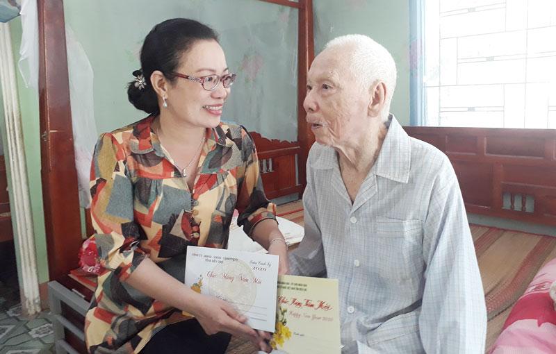 Bí thư Huyện ủy Nguyễn Trúc Hạnh thăm tặng quà đảng viên 70 năm tuổi Đảng tại xã Hưng Lễ.
