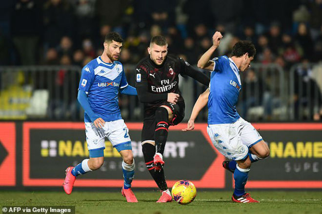 Ante Rebic (áo đen) ghi bàn thứ 3 trong 2 trận liên tiếp giúp Milan chen chân vào nhóm đội có cơ hội dự cúp châu Âu mùa sau