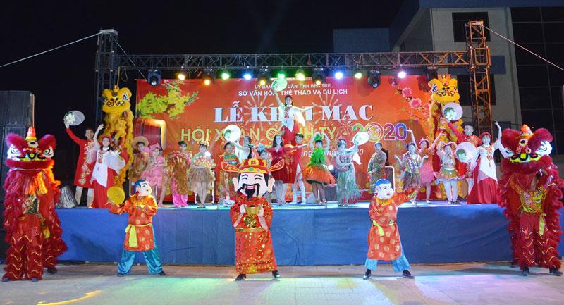 Chương trình biểu diễn văn nghệ, múa lân khai mạc Hội xuân Trung tâm Văn hóa tỉnh.
