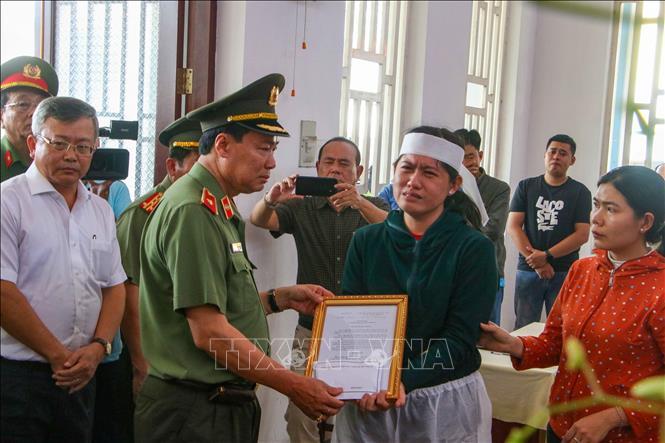 Thiếu tướng Lê Tấn Tới, Cục trưởng Cục Tổ chức cán bộ, Bộ Công an trao Quyết định của Bộ trưởng Bộ Công an thăng quân hàm từ Đại úy lên Thiếu tá đối với sĩ quan Nguyễn Thanh Hải cho gia đình.