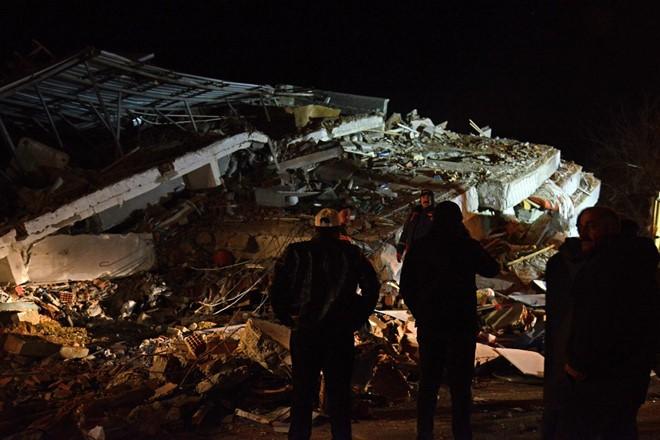 Một khu nhà bị động đất chôn vùi ở Thỗ Nhĩ Kỳ. Ảnh: AP