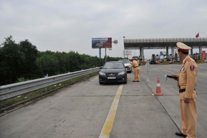Lực lượng chức năng kiểm tra nồng độ cồn trên cao tốc.