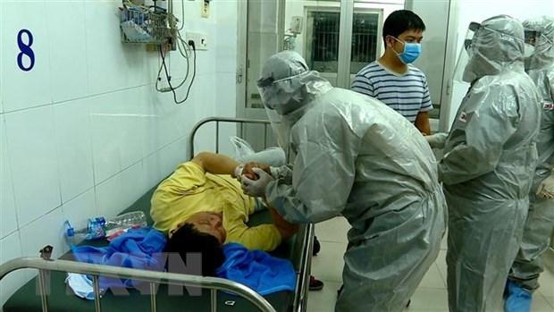 Đoàn công tác của Bộ Y tế thực hiện các biện pháp nghiệp vụ với bệnh nhân dương tính với virus corona. Ảnh: Thành Chung/TTXVN