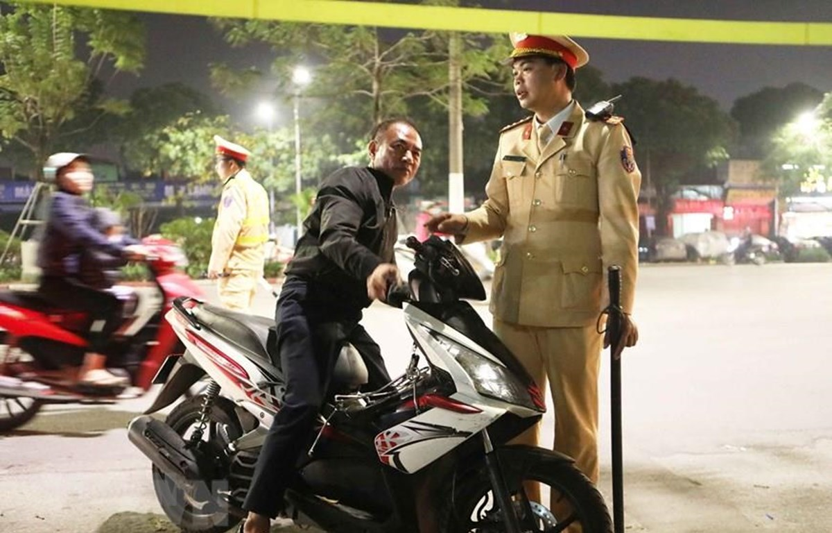 Một trường hợp không đội mũ bảo hiểm khi đi xe máy bị cảnh sát yêu cầu dừng xe để xử lý vi phạm. Ảnh minh họa: Doãn Tấn/TTXVN