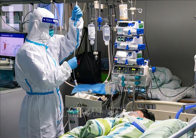 Nhân viên y tế điều trị cho bệnh nhân nhiễm virus corona tại bệnh viện thành phố Vũ Hán, tỉnh Hồ Bắc, Trung Quốc ngày 24-1-2020. Ảnh: THX/TTXVN