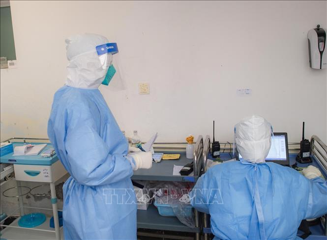 Nhân viên y tế làm việc tại khoa bệnh truyền nhiễm tại bệnh viện thành phố Vũ Hán, Trung Quốc, ngày 28-1-2020. Ảnh: THX/TTXVN