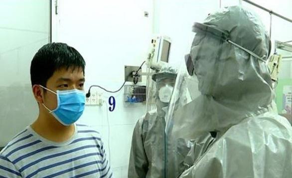 Đoàn công tác của Bộ Y tế thực hiện các biện pháp nghiệp vụ với bệnh nhân dương tính với virus corona. Ảnh: TTXVN