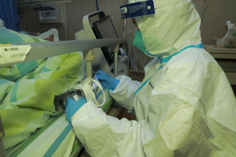 Số người nhiễm virus corona ở Trung Quốc chính thức vượt SARS. Ảnh: Reuters