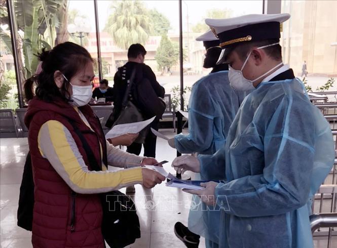 Tại cửa khẩu Móng Cái (Quảng Ninh), cán bộ Kiểm dịch Y tế Quốc tế Quảng Ninh tăng cường giám sát khách nhập cảnh. Ảnh: TTXVN phát