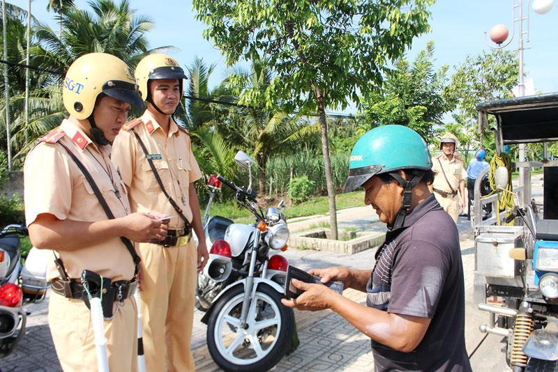 Cảnh sát giao thông tăng cường tuần tra, kiểm soát giao thông trong những ngày Tết.