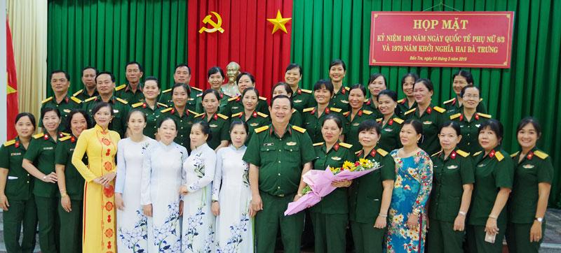 Thủ trưởng Bộ Chỉ huy Quân sự tỉnh chụp ảnh lưu niệm với Hội Phụ nữ cơ sở Lực lượng vũ trang tỉnh. Ảnh: Đặng Thạch