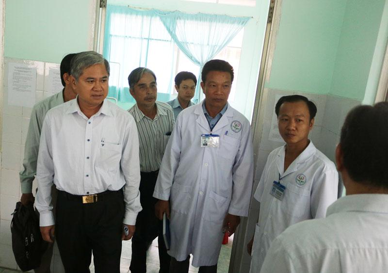 Phó chủ tịch UBND tỉnh Nguyễn Văn Đức khảo sát phòng cách ly tại Khoa truyền nhiễm, Bệnh viện Đa khoa Khu vực Cù Lao Minh