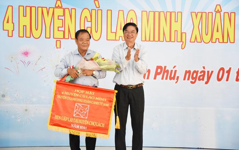 Bí thư Huyện ủy Chợ Lách Phạm Hoàng Hiệp nhận cờ luân lưu tổ chức họp mặt năm 2021