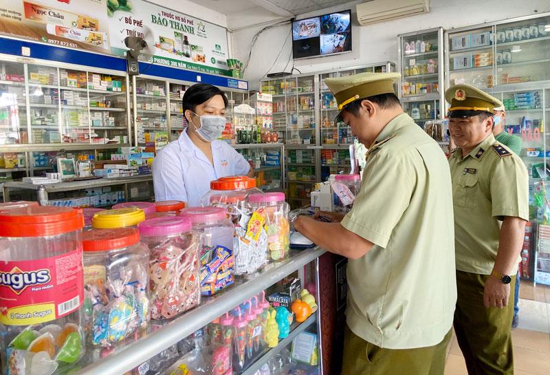 Lực lượng Quản lý thị trường kiểm tra tại một quầy thuốc trên địa bàn tỉnh.