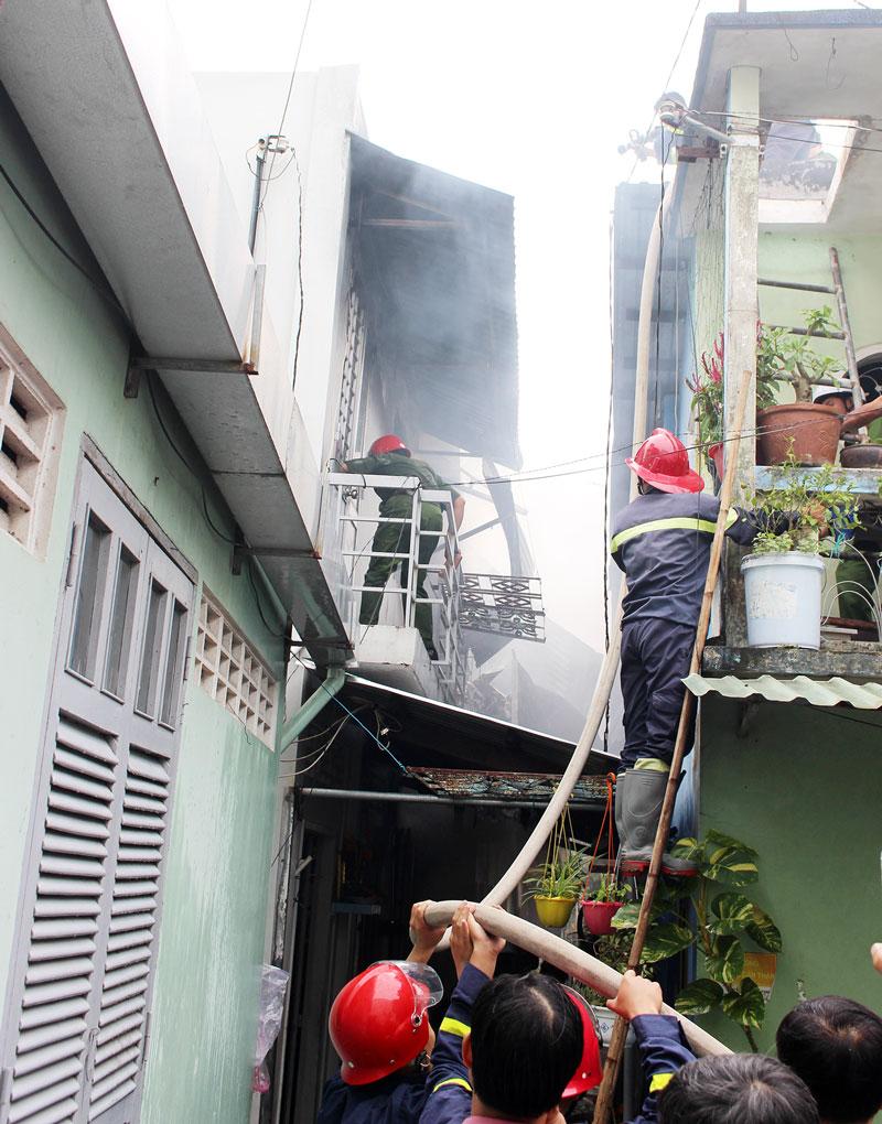 Lực lượng PCCC đang tiến hành dập tắt lửa.