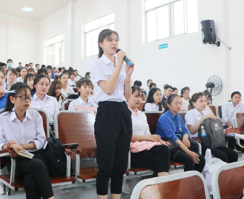 Sinh viên Trường Cao đẳng Bến Tre quan tâm cơ hội lao động ngoài nước.