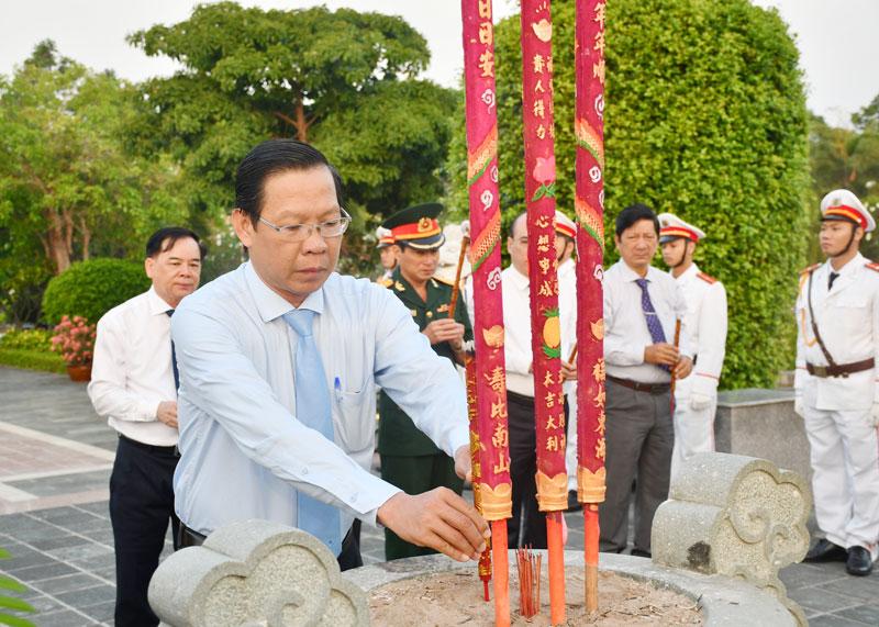 Lãnh đạo tỉnh thắp hương tưởng niệm các anh hùng liệt sĩ.