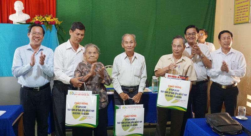 Bí thư Tỉnh ủy Phan Văn Mãi (bìa trái) tặng quà cho đảng viên có nhiều tuổi Đảng của Chi bộ ấp Lộc Sơn