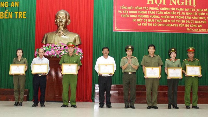 Đại tá Võ Hùng Minh - Giám đốc Công an tỉnh trao bằng khen của UBND tỉnh cho các cá nhân.